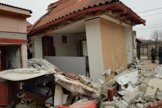 O casă din Năvodari, distrusă de o explozie. Două persoane au fost rănite