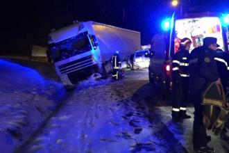 Accident pe o șosea din Botoșani. Mașină de teren, lovită de un TIR care a derapat