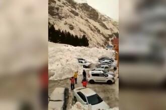 Zeci de mașini, îngropate în zăpadă din cauza unei avalanșe în Rusia. VIDEO