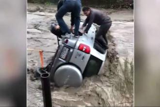 Șofer american, salvat după ce mașina sa a fost luată pe sus de ape