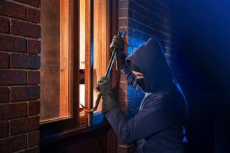 Hoț prins de poliție, după ce a acceptat să fie pozat la locul infracțiunii