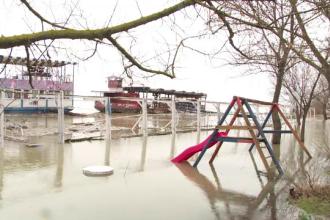 Cod portocaliu de inundații. Două străzi din Cernavodă s-au rupt din cauza infiltrațiilor