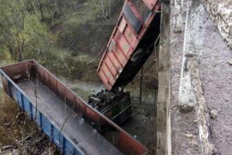Camion încărcat cu fier vechi, căzut în prăpastie, de la 30 de metri înălțime, în Prahova