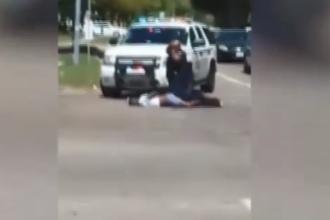 Momentul în care un bărbat de culoare a fost împușcat pe stradă de un polițist. VIDEO
