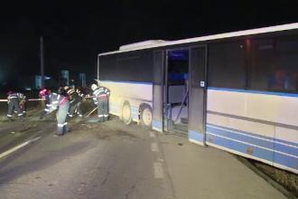 TIR lovit de un autobuz plin cu muncitori. 4 persoane, rănite