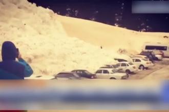 Avalanșă filmată într-o parcare din Rusia. Mașinile au fost acoperite de zăpadă