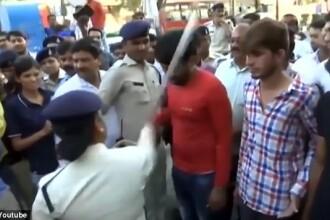 Patru presupuşi agresori, plimbaţi şi bătuţi de femei pe străzile unui oraş din India