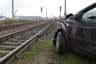 A vrut să treacă peste linia ferată, dar i s-a oprit motorul. Ce a pățit o șoferiță