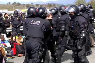 Protestarii pro-independență din Barcelona, alungați cu forța de pe șosele de polițiști