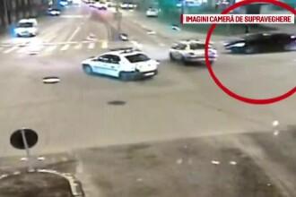 Momentul în care o mașină este lovită din plin într-o intersecție din Timișoara. VIDEO
