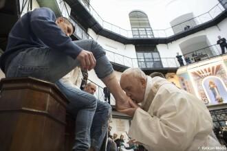 Papa Francisc a spălat picioarele unor deţinuţi: