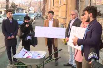 Elevii au venit cu o roabă plină de semnături la Ministerul Educaţiei. Ce îi nemulţumeşte