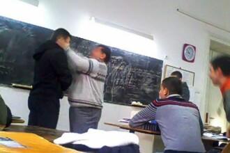Profesor din Botoșani bătut în clasă de doi elevi. Unul din ei i-a tras scaunul de la catedră