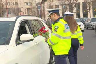 De 1 Martie, polițiștii rutieri le-au împărțit femeilor mărțișoare, în trafic