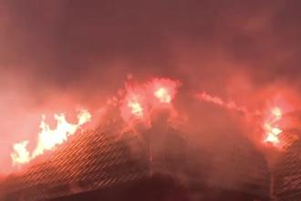 Momente de groază într-un bloc tip vilă, din Iași. Toate apartamentele au luat foc