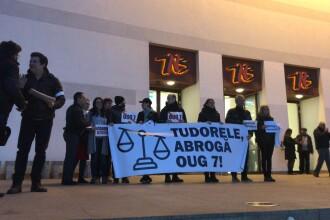 Protest cu banderole albe la TNB, față de OUG 7. Mesajul actorilor pentru Tudorel Toader