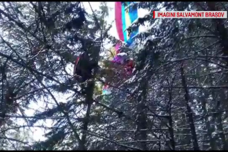Parapantist rămas agățat de vârful unui brad înalt, în Poiana Brașov. Cum a fost salvat