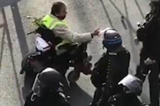 Un polițist a atacat cu spray cu piper un bărbat cu handicap de la vestele galbene. VIDEO