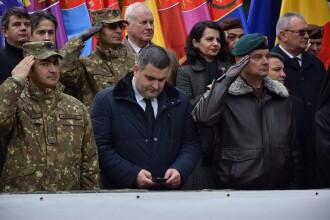 Ministrul Apărării, fotografiat când citea pe telefon în timp ce soldații îi dădeau onorul