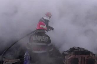O familie din Bacău și-a pierdut agoniseala de-o viață. 24 de pompieri au luptat cu flăcările