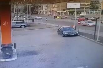 Momentul în care un șofer suferă un infarct la volan, la Iași, și provoacă un accident. VIDEO