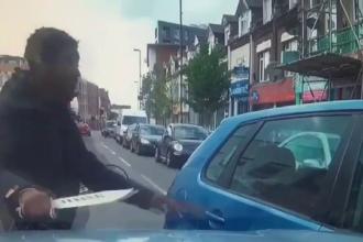 """""""Criza cuțitelor"""". Momentul în care un bărbat atacă o mașină cu o macetă. VIDEO"""