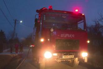Bărbat dus la spital cu arsuri, după ce a încercat să-și salveze casa cuprinsă de flăcări