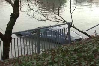 Aventura incredibilă a unui șofer care a plonjat cu autoturismul Tesla într-un râu