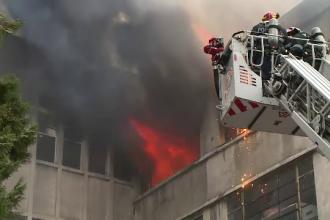 Incendiu uriaş la un depozit din Bucureşti. Angajaţii plecaseră cu câteva minute înainte