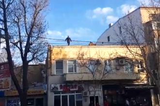 Un bărbat a aruncat cu cărămizi în trecători de pe o clădire din Capitală