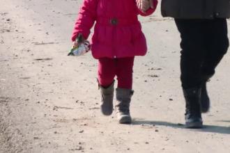 Explicațiile mamei acuzată că și-a abandonat pe câmp copiii de 4 și 6 ani