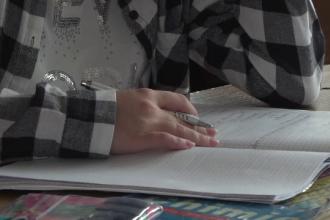 Elevii ar putea fi obligaţi să stea mai mulţi ani la şcoală. Ce prevede noua lege