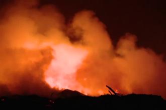 Flăcări uriașe la o groapă de gunoi din Timiș. Pompierii au ajuns cu greu