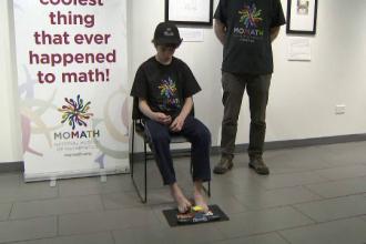 Record mondial. Un adolescent a rezolvat cubul Rubik cu picioarele