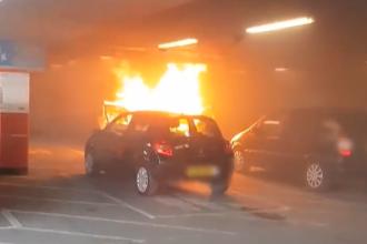 O mamă, nevoită să aleagă între cei doi copii, după ce mașina a luat foc. VIDEO