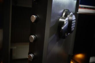 Cum a reuşit un hoţ din Giurgiu să ia banii dintr-un seif cu amprentă digitală