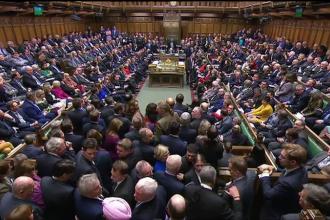 Parlamentul britanic a votat pentru amânarea ieșirii din UE, dar împotriva unui nou referendum pe Brexit