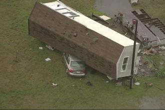 O furtună a luat pe sus case, avioane şi TIR-uri în Texas. VIDEO