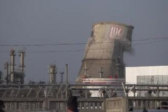 Un vechi turn de răcire pe o platformă industrială, demolat la marginea Ploieștiului