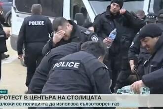 Polițiștii din Bulgaria și-au dat singuri cu gaze lacrimogene, din cauza vântului. VIDEO