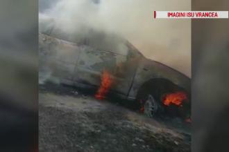 Mașină cuprinsă de flăcări în Focșani. Incendiul s-a extins la vegetația din zonă