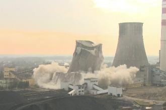 Momentul în care o termocentrală din perioada comunistă e aruncată în aer. VIDEO