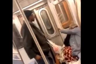 Scene revoltătoare, la metrou: o bătrână este lovită cu brutalitate. VIDEO ȘOCANT