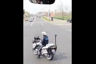 Polițist filmat dansând pe motocicletă, în trafic. Reacția MAI. VIDEO