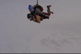 Momentul în care un bărbat a sărit din avion aproape dezbrăcat, la minus 50 de grade