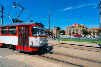 Un pensionar a căzut dintr-un tramvai în mers, în Arad. Uşile ar fi fost deschise