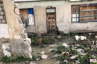 """""""Minunea"""" de la Răcari, oraș fără canalizare. Blocuri reabilitate, cu subsoluri pline de dejecții"""