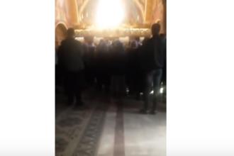 """Un preot din Argeș a fost filmat amenințând enoriașii în biserică: """"Puneţi-vă ştreangul"""""""
