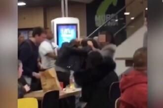 Momentul în care trei tinere se bat și se păruiesc într-un restaurant fast-food