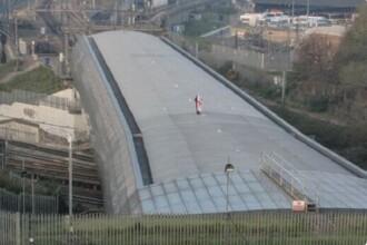 Cine e bărbatul care a blocat zeci de trenuri Eurostar, cu un steag britanic